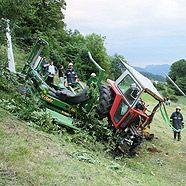 Traktor über steiles Gelände abgestürzt