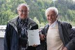 Hans Matschek (r.) und Ambros Nussbaumer präsentieren stolz ihr Werk: das 362-seitige Sippenbuch über Schoppernau.