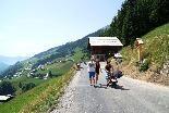 Der sanierte Güterweg zum Seewald- See wird offiziell freigegeben.