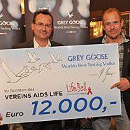 Life Ball-Organisator Gery Keszler bekommt Spendenscheck überreicht