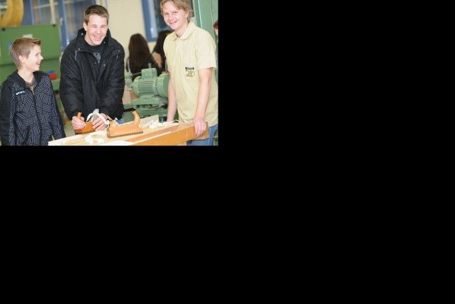 Jugendliche können auf der BIFO-Messe Berufe anfassen und ausprobieren.