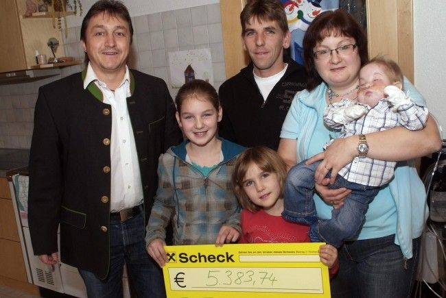 """Bürgermeister Werner Konzett spielte """"Christkindle"""" beim kleinen Felix und seiner Familie."""