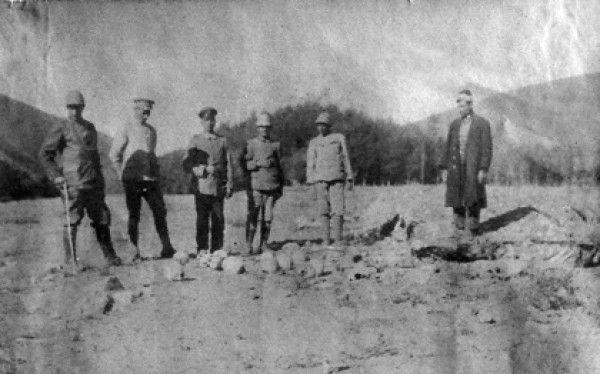 Deutsche und Osmanische Offiziere posieren mit den Schädeln von Armeniern.