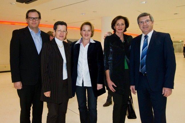 Markus Raith mit den LR Greti Schmid und Andrea Kaufmann sowie LT-Präsidentin Bernadette Mennel und LR Siegi Stemer.