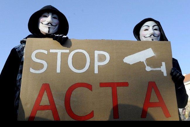 Maskierte Demonstranten protestieren gegen ACTA - am Samstag auch in Bregenz.