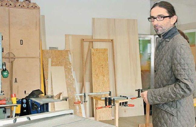 """Im """"Haus Abraham"""" in Feldkirch bringt Neven Trobonjaca Asylwerbern das Schreinern bei."""