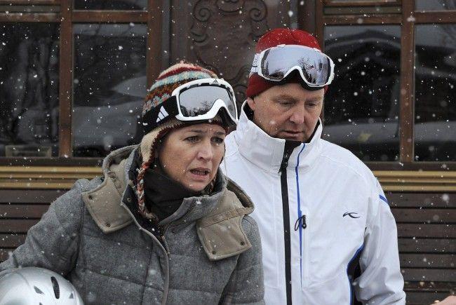 Prinzessin Maxima und Prinz Willem-Alexander gehen Skifahren.