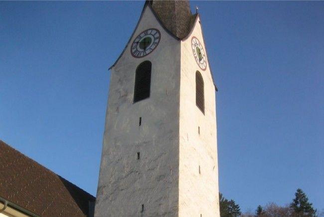 Der Nofler Kirchplatz wurde durch den künstlerisch aufbereiteten Baucontainer über Carl Lampert bereichert