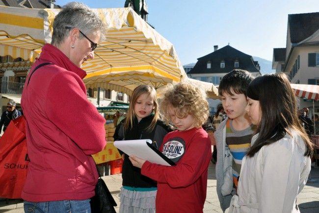 Die Schüler der VS Dornbirn Markt befragten Passanten zu ihren Lesegewohnheiten.