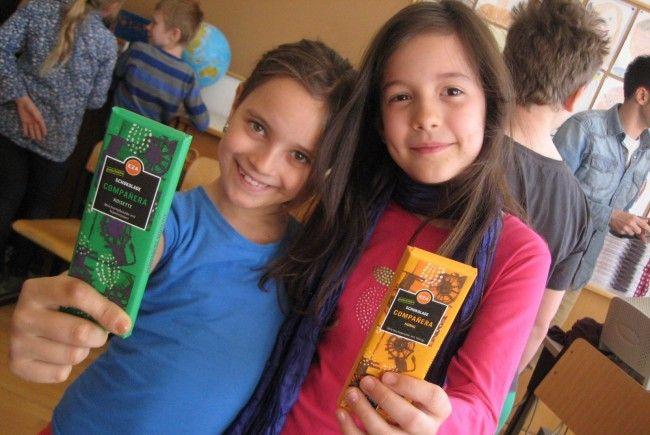 Marina und Sarah nahmen genossen die Fairtrade-Schokoladenverkostung.