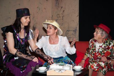 """Die """"irre"""" Aurélie (Claudia Schwärzler,li.) und Freundinnen (Charlotte Cecilia Neyer, Silvia Mayer)"""