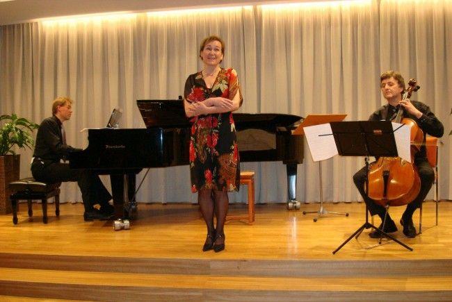 Norbert Schuh am Flügel, die Sopranistin Birgit Plankel und Wolfgang Mayer, Cello.