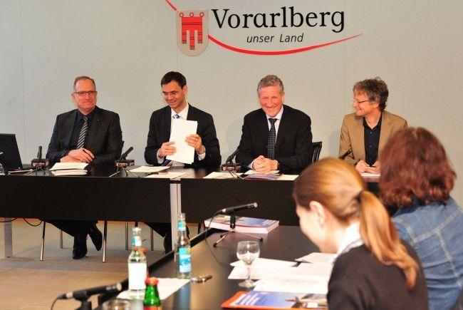 LH Wallner, LR Schwärzler und Energie-Fachbereichsleiter Adi Groß erläuterten die Schwerpunkte 2012 auf dem Weg zur Energieautonomie Vorarlbergs