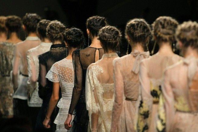 """Zöpfe liegen voll im Trend: So einfach gelingt der """"Valentino""""-Zopf in wenigen Handgriffen."""