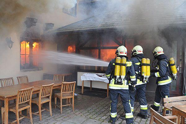 Die Feuerwehr hatte beim Löschen des Restaurant-Brands in Mödling alle Hände voll zu tun