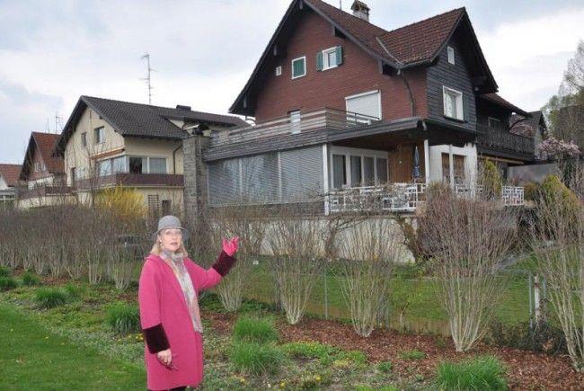Anrainerin Gerlinde Fröhlich vor dem alten Haus, an dessen Stelle acht Wohnungen entstehen sollen.