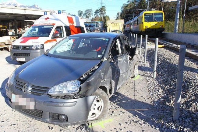 Kollision zwischen Pkw und Montafonerbahn: Lenkerin leicht verletzt.