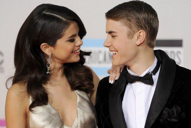 Justin Bieber (r.) wollte seine Freundin Selina Gomez vor einem Paparrazo beschützen.