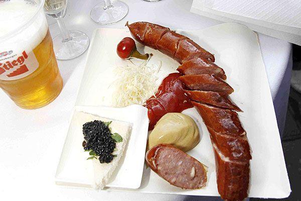 Käsekrainer und Kaviar? Klingt ungewohnt, ist aber an einem neuen Würstlstand normal