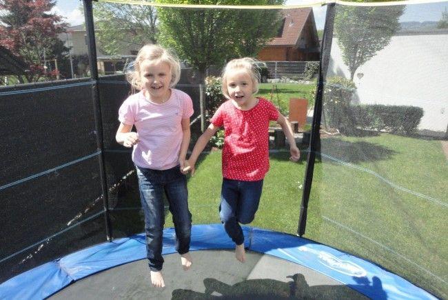 Therapie, die ausnahmsweise auch Spaß macht. Lara und Lina beim Trampolinspringen, das sich positiv auf ihre Gesundheit auswirkt.