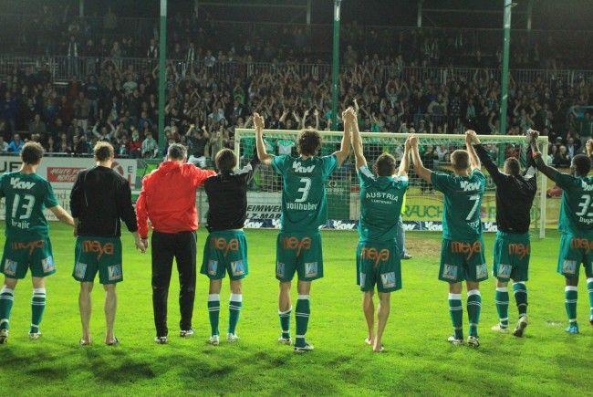 Die Austria-Spieler bedanken sich bei den Fans für ihre frenetische Unterstützung.