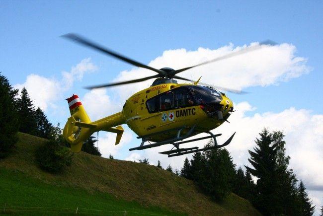 Ein 29-jähriger Mann musste mit dem Rettungshubschrauber ins LKH Feldkirch geflogen werden.