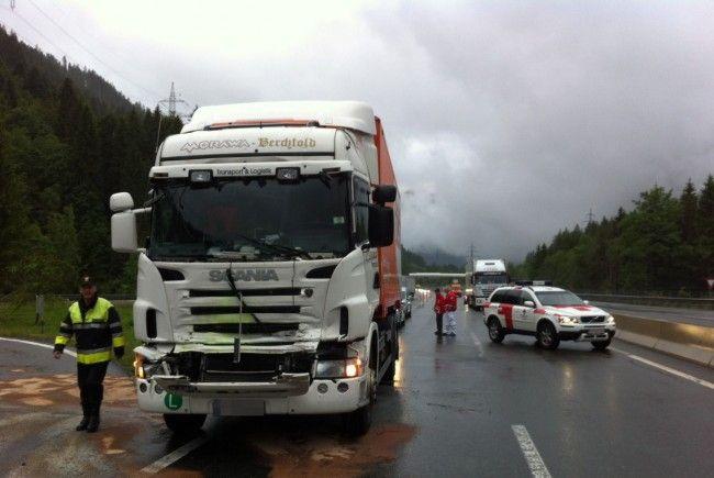 Der Fahrer musste von der Feuerwehr aus seinem Lkw befreit werden.