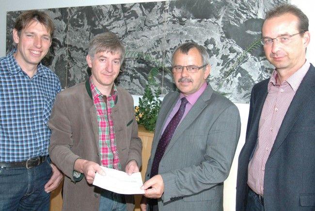 Markus Fritz und Hermann Haller (li.) übergeben den Antrag an Bgm. Andi Haid.