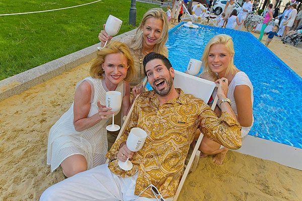 Zahlreiche Promis ließen sich bei dem Empfang am Ring den exklusiven Champagner schmecken