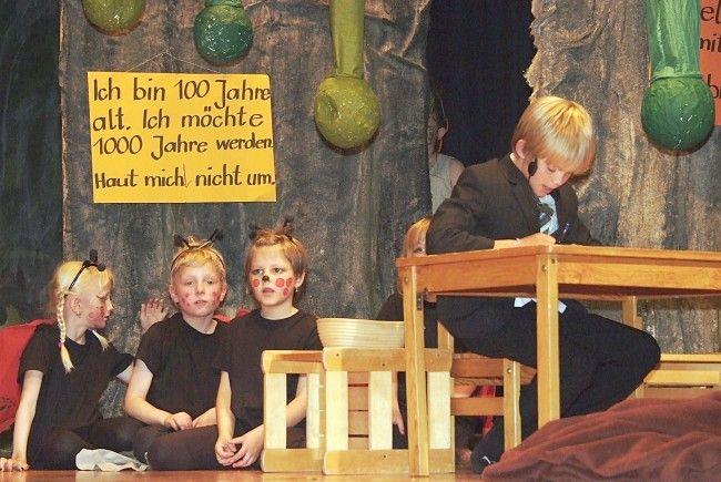 Während der Bürgermeister über Plänen brütet, starten die Kinder eine Rettungsaktion.