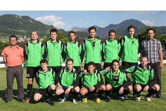 Die Spieler der 1. Mannschaft des FC Renault Malin Sulz freuen sich über die neuen Trainingsanzüge
