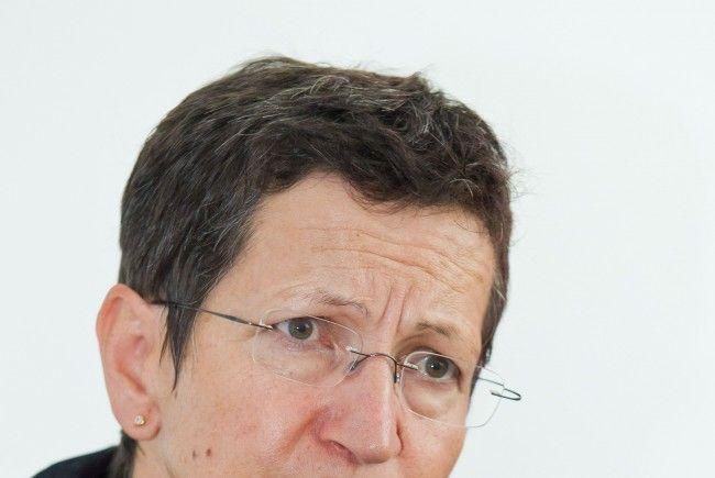 Landesrätin Schmid hebt die Bedeutung des Sozialfonds-Beitrags für die ehrenamtliche Arbeit der Telefonseelsorge hervor.