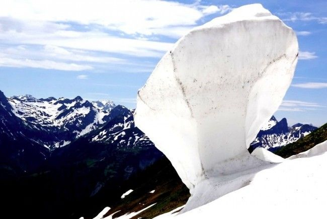 Kunst in der Natur. Natürliche Schneeskulptur am Diedamskopf.