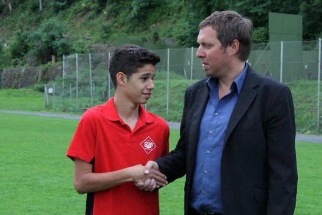 Trainer und RW Rankweil-Präsident Ulli Bischoff wünscht Torjäger Ceyhun Tüccar viel Glück in Wien.