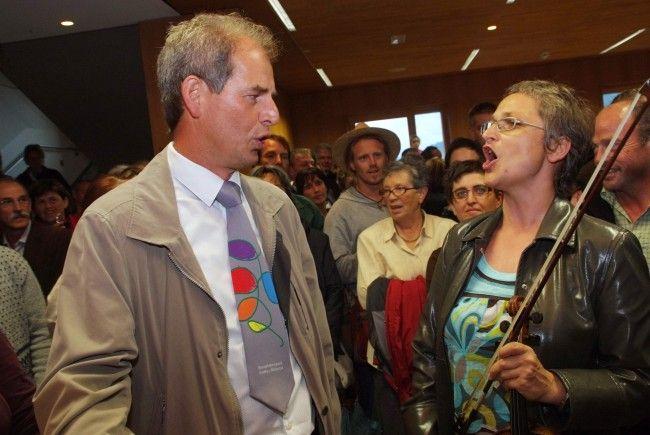 """Evelyn Fink-Mennel (re.)besucht unter dem Motto """"Aufgekocht & Aufgespielt"""" Walser Wirtshäuser"""