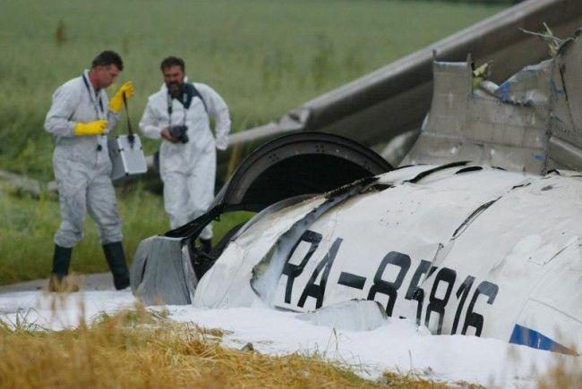 Die Trümmer der Tupolew landen mitten in einem Feld