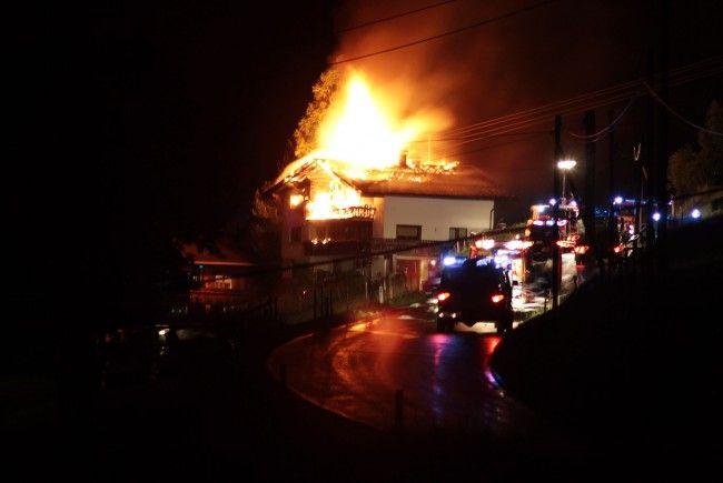 Großbrand in Hittisau: Feuerwehr war mit 100 Mann vor Ort.