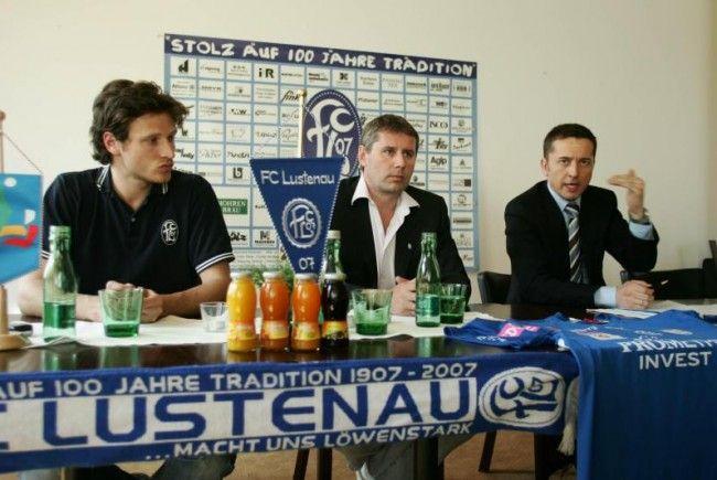 Anlässlich der 100-Jahr-Feier des FC Lustenau war Georg Pangl (r.) zu Besuch bei Klubchef Dieter Sperger.