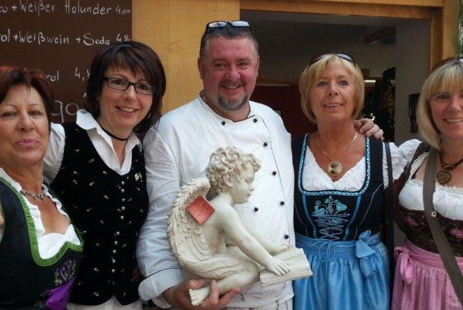Wirtepaar Conny & Norbert Wascher mit Gratulantenschar