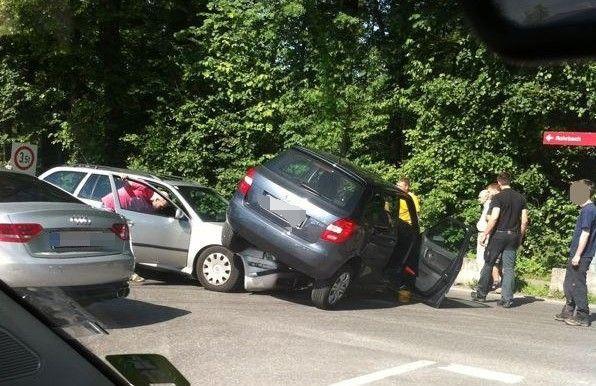 Verkehrsunfall im Kreuzungsbereich.