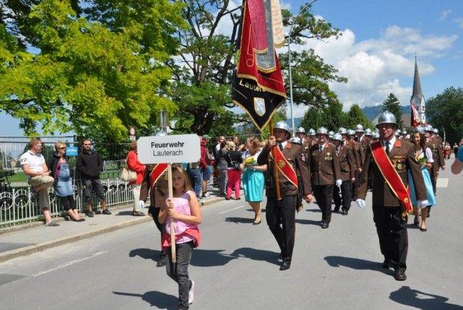 Der Festumzug zahlreicher befreundeter Wehren und Musikgruppen fand bei Kaiserwetter statt.