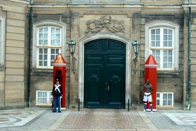 Balotelli hält Wache am Königspalast: Zahlreiche Montagen kursieren im Netz.