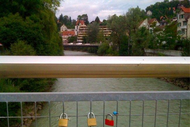 """Es hat begonnen: Die ersten """"Liebesschlösser"""" schmücken die Reichenfeldbrücke ob der Ill"""