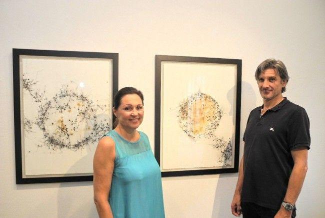 Die Galeristin Sabine Hirn mit dem Künstler Arno Egger vor dessen Bildern in der Galerie 60