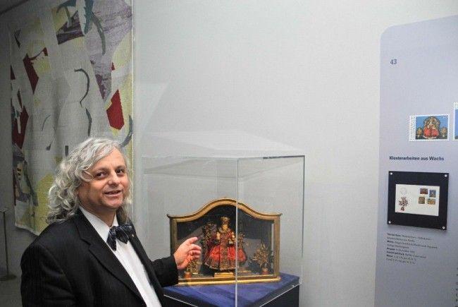Rainer Vollkammer der Direktor des LandesMuseum zeigt ein besonderes Exponat der Ausstellung, ein klösterliches Wachsbild