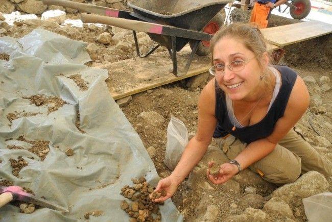 Die leitende Archäologin Ulrike Mayr zeigt ergrabenen Fundstücke