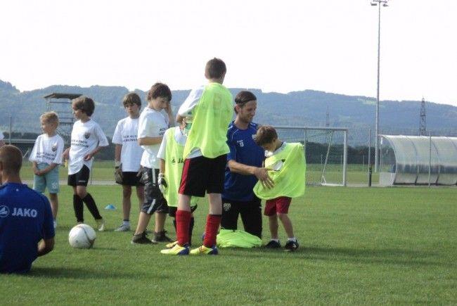 Neun Kids durften mit den SCRA-Stars eine Trainingseinheit absolvieren.