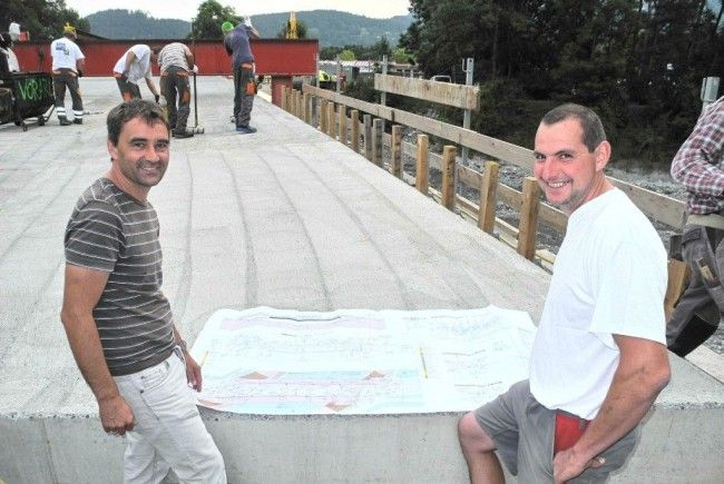 (l.) Michael Egger der Bauleiter mit Polier Martin Wörz auf der Frutzbrücken-Baustelle in Rankweil