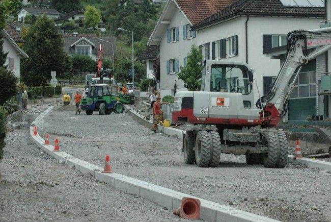 Im Bauabschnitt drei werden zur Zeit die Randeinfassungen verlegt.