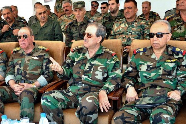 Verteidigungsminister (Bildmitte) bei Attentat getötet: In Syrien überschlagen sich die Ereignisse.